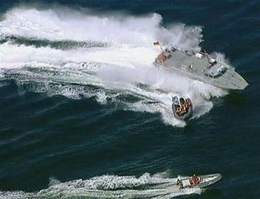 德警方船只撞翻环保组织橡皮艇致示威者落水