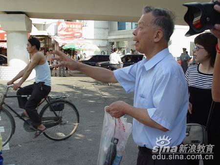 2005福建高考现场:白发爷爷的叮咛(图)