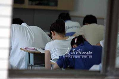 共同关注:聚焦2005年北京高考第一天(组图)4