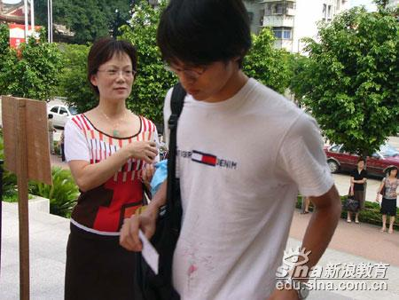 2005福建高考现场:儿子我相信你(图)