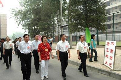 北京11.4万高考生从容参加2005年高考(组图)