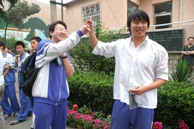 北京11.4万高考生从容参加2005年高考(组图)(3)