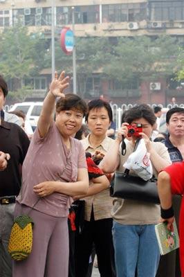 北京11.4万高考生从容参加2005年高考(组图)(6)