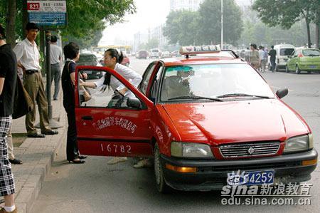 2005北京高考现场:快,就要迟到了(图)