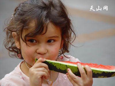 图文:吃经期的维吾尔族小姑娘西瓜应该什么女生注意在月?应该什么做男朋友些?图片
