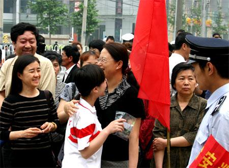 2005北京高考现场:考生家长在祝福考生(图)