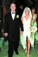 拉塞尔/本报讯新西兰出生的奥斯卡影帝拉塞尔·克罗,昨天和他的妻子...