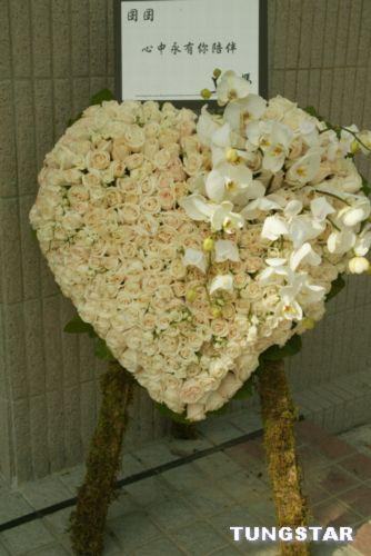 图文:梅母送梅艳芳的花篮:心中永有你陪伴