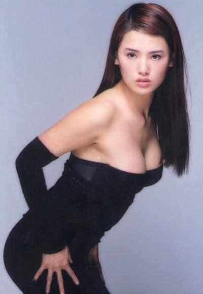 不少网站都将这张照片收录在美女照中(上图)