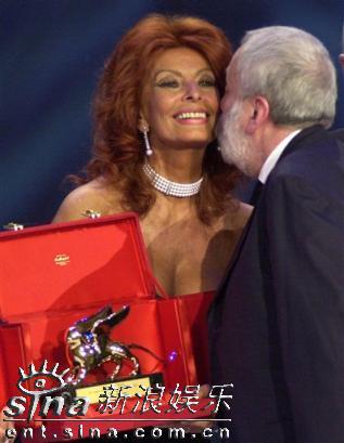 组图:索菲亚-罗兰性感礼服亮相电影节颁奖仪式