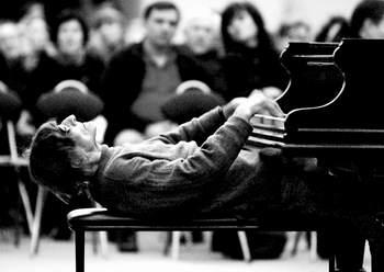 钢琴家Karavaichuk即席创作激情四溢(图)