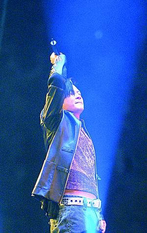 王杰个唱上演群众卡拉ok多次单膝跪谢歌迷(图)