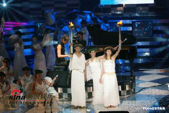 图文:2004电视金钟奖颁奖现场表演火爆(14)