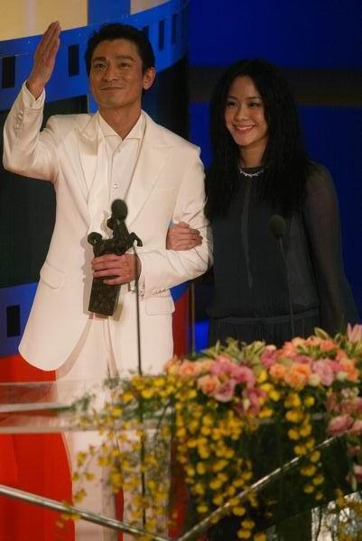 组图:林嘉欣为刘德华颁发最佳男主角奖