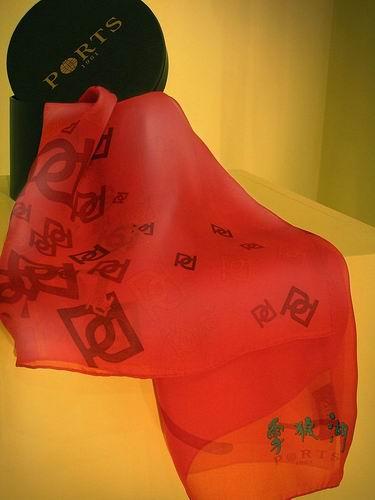 《雪狼湖》票里礼品多:限量版丝巾(图)