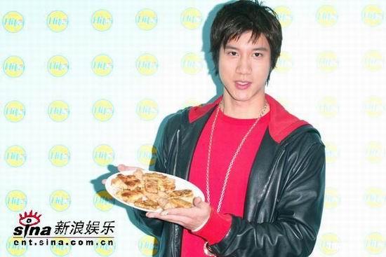 组图:王力宏喂歌迷年糕自言欣赏厨艺好的女生