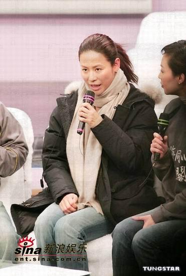 图文:香港演艺圈众人士为海啸灾区募捐-宣萱