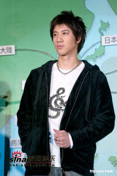 王力宏发布04年压轴专辑《心中的日月》(组图)