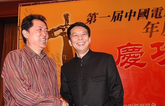 图文:众导演于酒店举行庆功宴--朱延平与黄建新