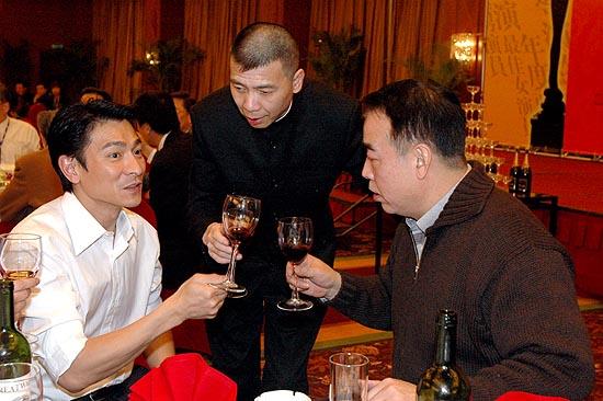 图文:刘德华与冯小刚陈凯歌庆功宴上碰杯
