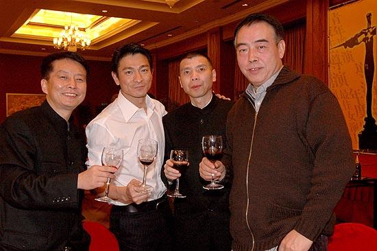 众导演于酒店举行庆功宴-刘德华与三名导碰杯