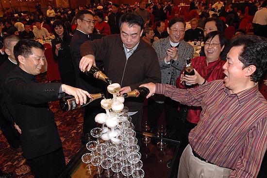 图文:众导演于酒店举行庆功宴-众导倒酒庆功