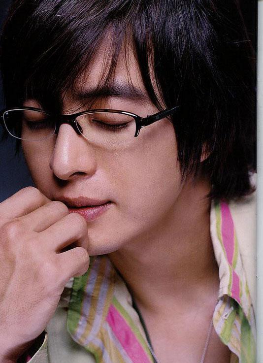 10月13日最酷男星:裴勇俊日杂志新照深情款款