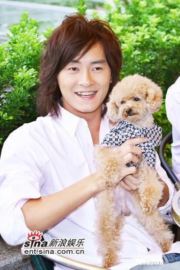 10月18日最酷男星:郑元畅与宠物同欢更显帅气