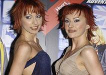 两美女纱衣突点抢镜出席首映式