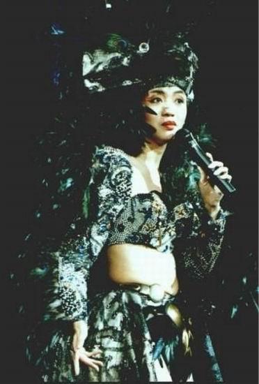 图文:梅艳芳生前演出照片-1990年演唱会