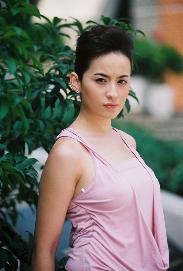 资料图片:《派克式左轮》婕妮(娜迪娜饰)定装照
