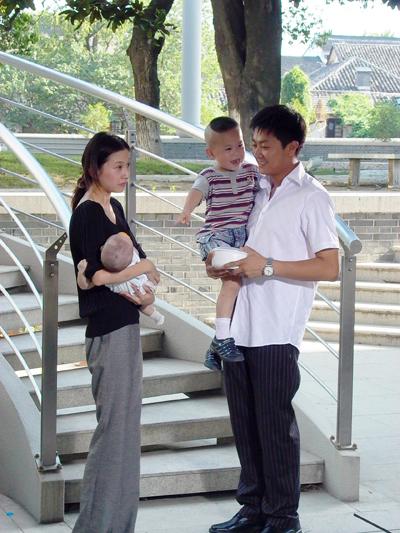 资料图片:见过印小天抱孩子的样子吗?(1)