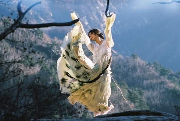 资料图片:影片《神话》剧照之金喜善--孔雀开屏