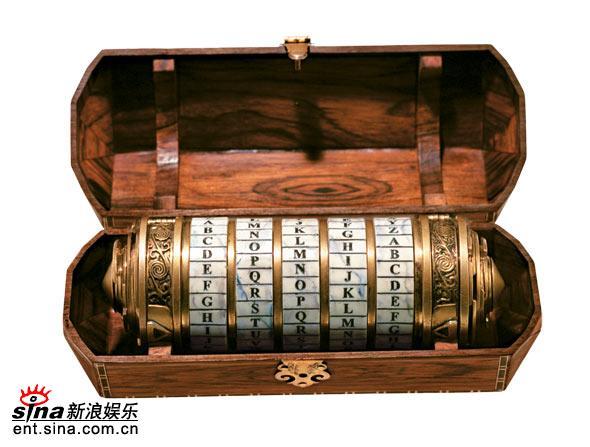 独家图片:《达-芬奇密码》道具-打开的密码箱