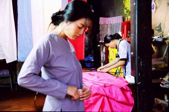 资料图片:越南影片《白丝裙》精彩剧照(1)