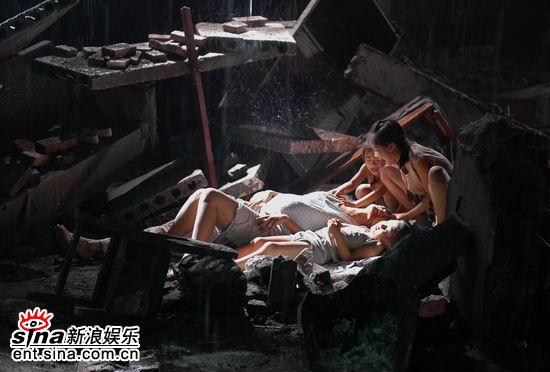 """万和城平台下载app-大屋下的丫鬟杀青 """"疯丫鬟""""李玥还原本色"""