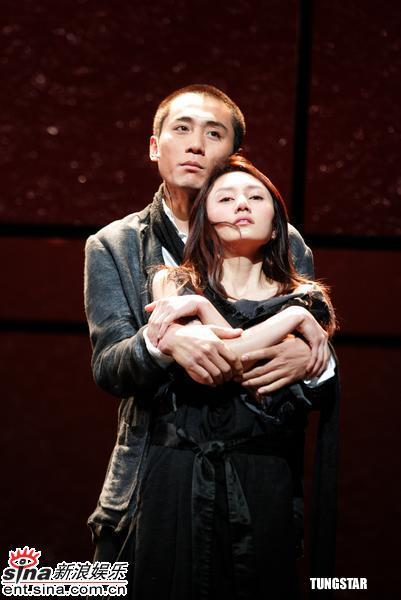 组图:刘烨袁泉彩排《琥珀》当众演接吻戏