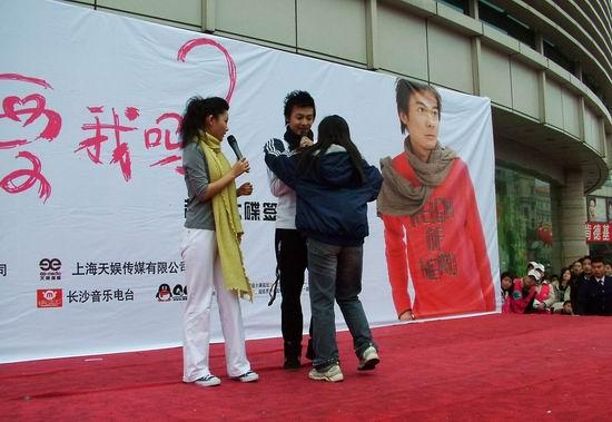 超级男声许杨长沙签售遭遇疯狂歌迷索吻(组图)