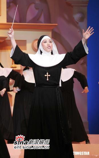 图文:《跑路救天使》上海登台--指导修女唱歌