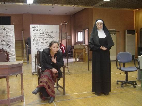 国家话剧院话剧《怀疑》排练照(8)