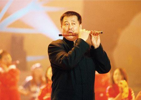 资料图片:著名表演艺术家赵本山-吹笛子