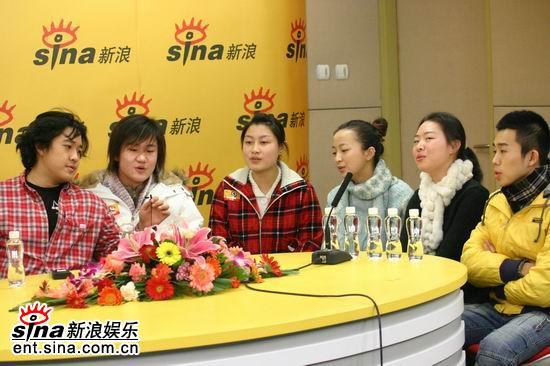 图文:张博宇和参演《一仆二主》的同学们做客新浪