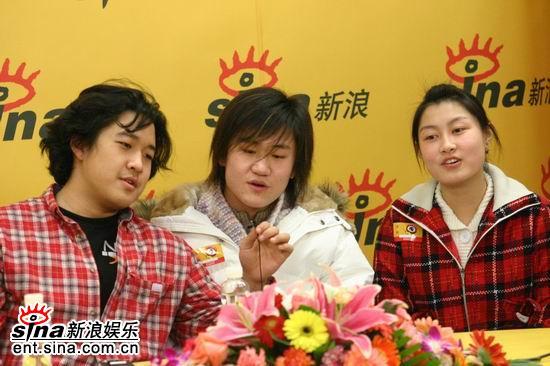 图文:张博宇与同学们一起合唱《爱是恒久等待》