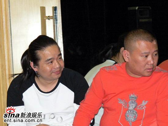 图文:郭德纲与经纪人王海在后台休息