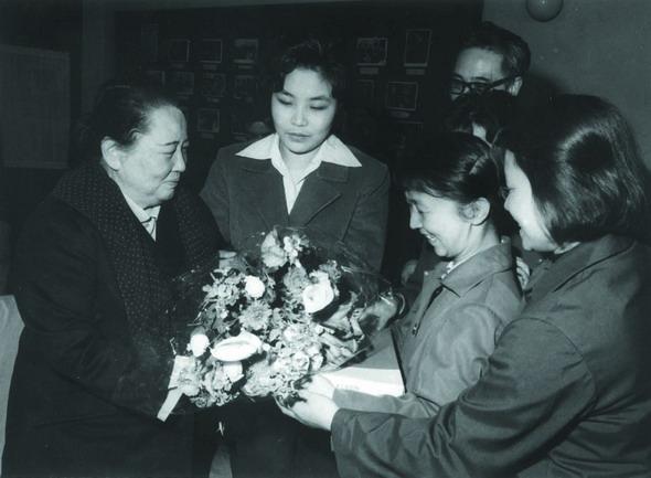 资料图片:1979年3月28日宋庆龄接受儿艺赠送礼物