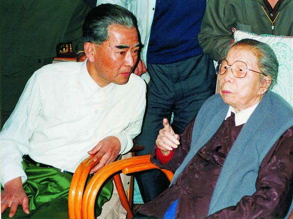 资料图片:1991年4月邓颖超接见饰演周恩来的王铁成