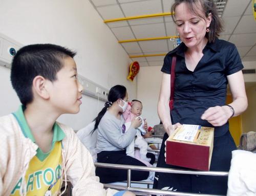 安徒生使者撒播童话种子病患儿童获演出票