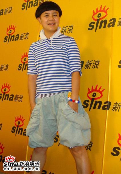 图文:主持人刘纯燕王昊做客新浪--喇叭裤