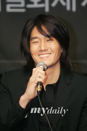 组图:刘智泰亮相话剧《欢迎来到鬼屋》发布会
