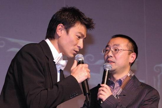 组图:《天贼》北京慈善首映刘德华当场试皮裤